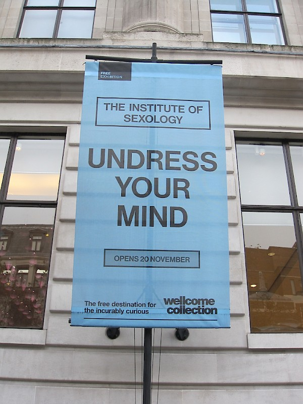 Plakat | Exhibit poster in front of the Wellcome Institute (Photo: Ralf Dose)