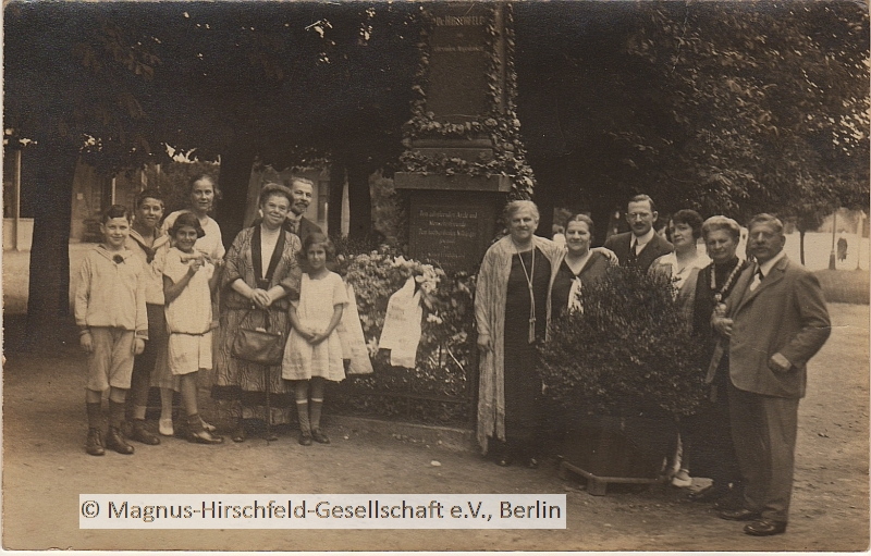 Memorial column | The Hirschfeld Family in Kolberg, 1925, at the memoral for Hermann Hirschfeld